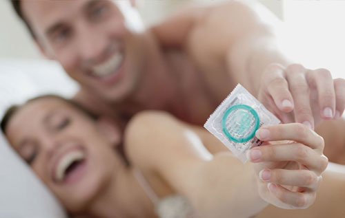 Quan hệ tình dục an toàn bằng bao cao su là biện hiệu quả ngừa bệnh sùi mào gà