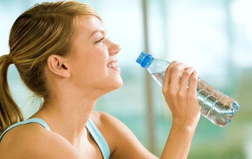 Uống thật nhiều nước để hỗ trợ điều trị bệnh trĩ nội