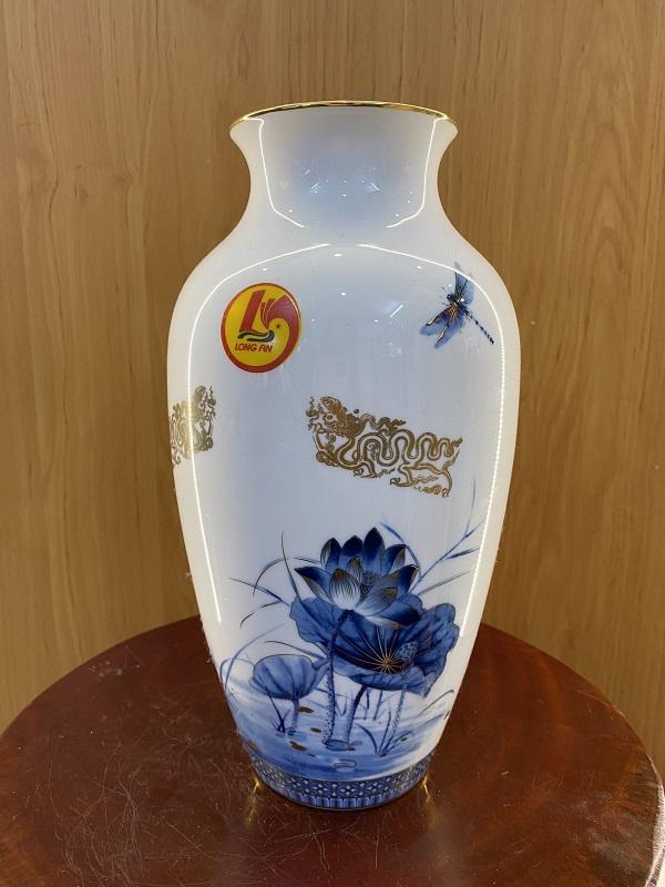 Một lọ hoa phong thủy mang hình ảnh của hoa sen và rồng